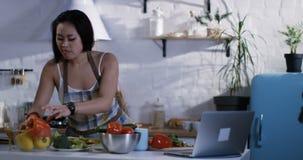 Jovem mulher que aprende preparar o alimento filme