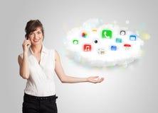 Jovem mulher que apresenta a nuvem com ícones coloridos e símbolos do app Foto de Stock Royalty Free