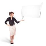 Jovem mulher que apresenta o espaço abstrato da cópia do origâmi Fotografia de Stock