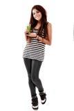 Jovem mulher que apresenta a um vidro uma bebida natural isolada no branco Imagem de Stock Royalty Free