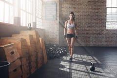 Jovem mulher que aquece-se antes de um exercício intenso Foto de Stock Royalty Free