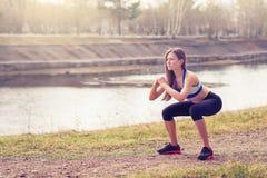 Jovem mulher que aquece-se antes de uma corrida Uma maneira de vida saudável Aptidão dos esportes Fotos de Stock Royalty Free