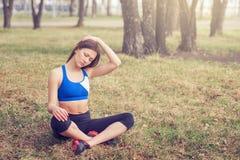 Jovem mulher que aquece-se antes de uma corrida Uma maneira de vida saudável Aptidão dos esportes Imagem de Stock Royalty Free