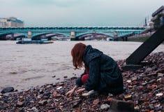 Jovem mulher que beachcombing na cidade Imagens de Stock Royalty Free