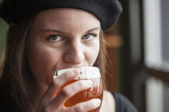 Jovem mulher que bebe a cerveja inglesa pálida de Inda Fotografia de Stock