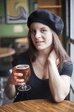 Jovem mulher que bebe a cerveja inglesa pálida de Inda Foto de Stock Royalty Free