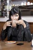 Jovem mulher que bebe o chocolate quente no coffeeshop Foto de Stock Royalty Free