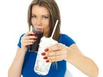 Jovem mulher que bebe Sugar Fizzy Drink alto fotografia de stock royalty free