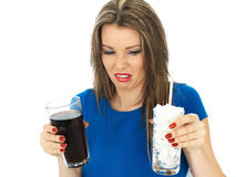 Jovem mulher que bebe Sugar Fizzy Drink alto imagem de stock