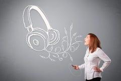 Jovem mulher que canta e que escuta a música com headpho abstrato Fotos de Stock