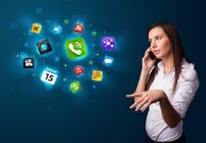 Jovem mulher que chama pelo telefone com vários ícones Foto de Stock