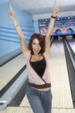 Jovem mulher que Cheering na pista de bowling Fotos de Stock Royalty Free