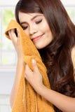 Jovem mulher que cheira a lavanderia fresca limpa Fotos de Stock