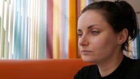 Jovem mulher que come batatas fritas no restaurante vídeos de arquivo