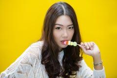 Jovem mulher que come doces da geleia Foto de Stock Royalty Free