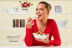 Jovem mulher que come o alimento saudável da perda de peso da salada da dieta Fotos de Stock Royalty Free