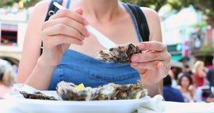 Jovem mulher que come ostras filme