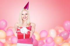 Jovem mulher que comemora o aniversário Imagem de Stock