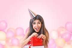Jovem mulher que comemora o aniversário Imagem de Stock Royalty Free