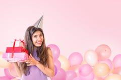 Jovem mulher que comemora o aniversário Foto de Stock Royalty Free