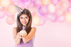 Jovem mulher que comemora o aniversário Fotografia de Stock Royalty Free