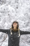 Jovem mulher que comemora o inverno com seus braços espalhados extensamente imagem de stock royalty free