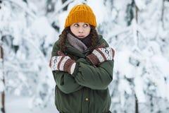 Jovem mulher que congela-se no inverno fotos de stock royalty free