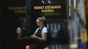 A jovem mulher que conta o dinheiro desconta dentro o ponto da troca de moeda filme