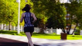 Jovem mulher que corre no estádio filme