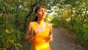 Jovem mulher que corre no parque filme