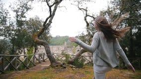 Jovem mulher que corre a uma árvore em um dia da queda filme