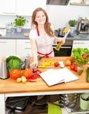 Jovem mulher que cozinha na cozinha Alimento saudável - Sal vegetal imagens de stock