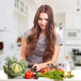 Jovem mulher que cozinha na cozinha Alimento saudável - Imagens de Stock Royalty Free