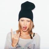 Jovem mulher que dá o sinal do rock and roll Imagens de Stock