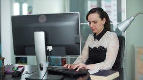 Jovem mulher que datilografa em um teclado de computador video estoque