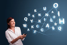 A jovem mulher que datilografa no smartphone com 3d alta tecnologia rotula o commi Fotografia de Stock