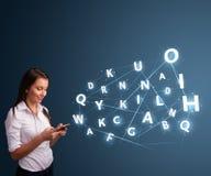 A jovem mulher que datilografa no smartphone com 3d alta tecnologia rotula o commi Fotografia de Stock Royalty Free