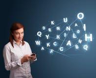 A jovem mulher que datilografa no smartphone com 3d alta tecnologia rotula o commi Foto de Stock