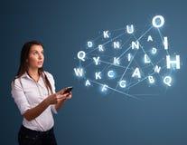 A jovem mulher que datilografa no smartphone com 3d alta tecnologia rotula o commi Fotos de Stock