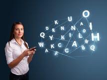 A jovem mulher que datilografa no smartphone com 3d alta tecnologia rotula o commi Imagens de Stock Royalty Free