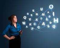 Jovem mulher que datilografa no smartphone com elevação - a tecnologia 3d rotula o commi Fotos de Stock