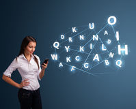 Jovem mulher que datilografa no smartphone com elevação - a tecnologia 3d rotula o commi Foto de Stock