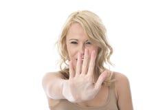Jovem mulher que é defensiva levantando a mão Imagens de Stock Royalty Free