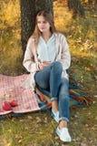 Jovem mulher que descansa em um parque foto de stock