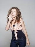 Jovem mulher que diz a bisbolhetice Imagens de Stock