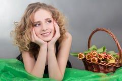 Jovem mulher que encontra-se com maçãs e flores fotografia de stock royalty free