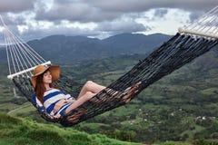 Jovem mulher que encontra-se em uma rede Imagens de Stock Royalty Free