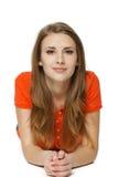 Jovem mulher que encontra-se no assoalho do estúdio imagens de stock royalty free