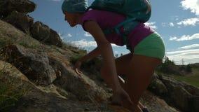 Jovem mulher que escala à montanha vídeos de arquivo