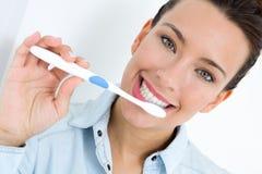 Jovem mulher que escolhe seus dentes Fotos de Stock